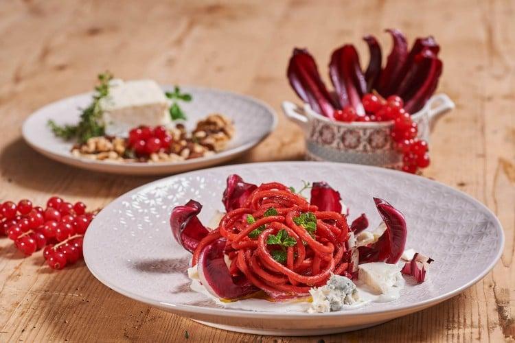 Bigoli al pesto di barbabietole, Casatella e Gorgonzola con croccante di Radicchio rosso di Treviso IGP